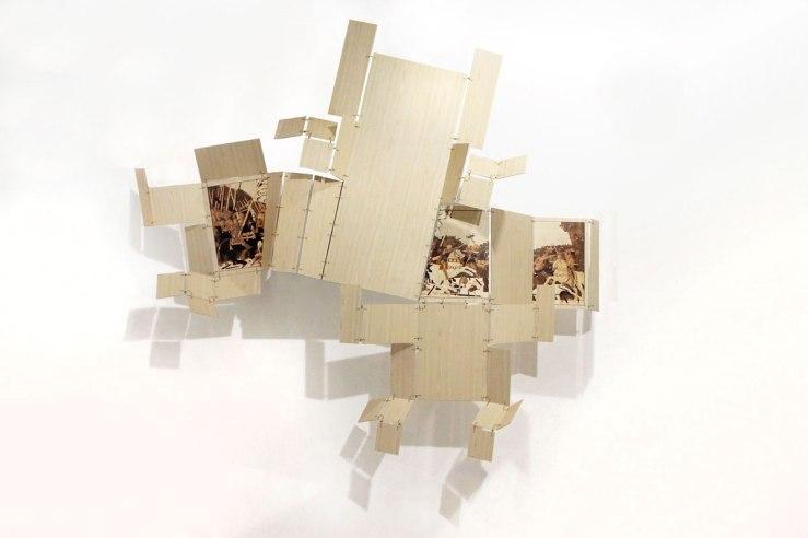 11--Scudo-_2015_pannello-pieghevole,-legno-ricoperto-con-PVC-effetto-legno,-tarsie-in-PVC,-ottone,-corde_285x230-cm